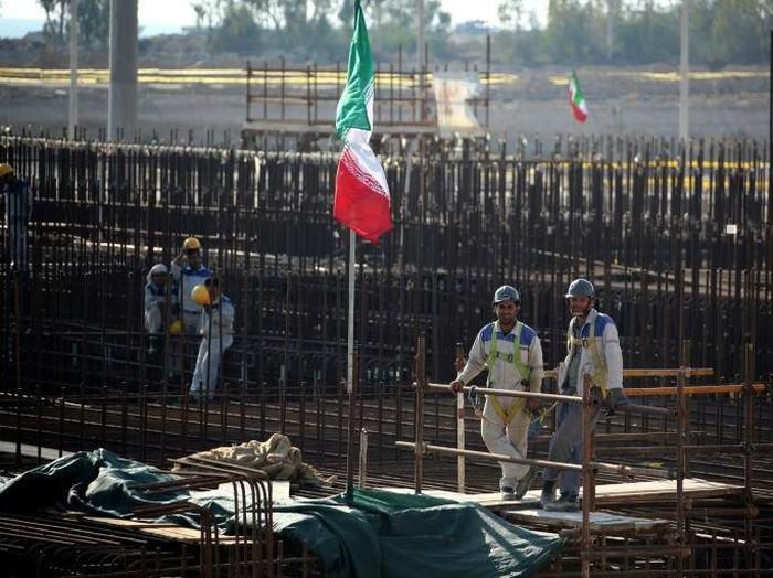 Rusia membantu membangun reaktor pertama di pusat pembangkit listrik tenaga nuklir milik Iran di Bushehr (AFP Photo/ATTA KENARE)
