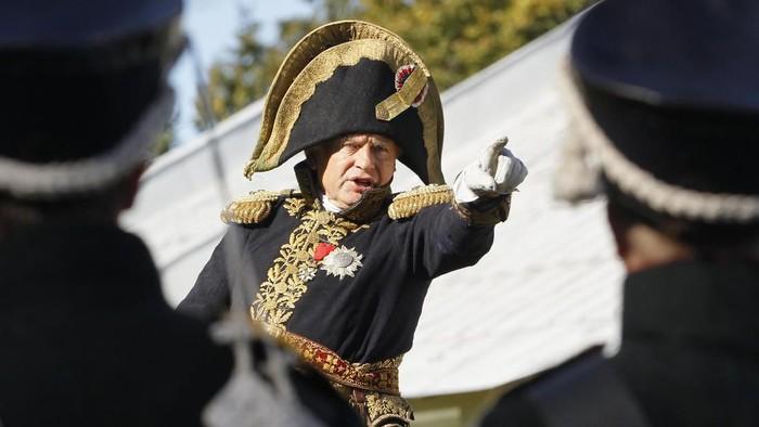 Oleg Sokolov memakai seragam jenderal militer Prancis dalam reka ulang sejarah (AP Photo/Dmitri Lovetsky, File)