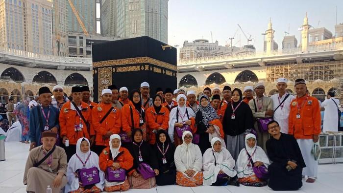 Foto: Jemaah umrah marbut dan majelis taklim DKI menunaikan tawaf wada sebelum pulang ke Tanah Air.  (Kanavino/detikcom)