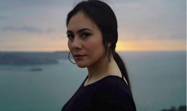 Lihat saja saat Wulan berfoto dengan latar lautan biru. Dia pun menuliskan caption I love the blue of Indonesia. Tatapannya yang seksi membuat Geopark Ciletuh semakin indah di pandang. (wulanguritno/Instagram)