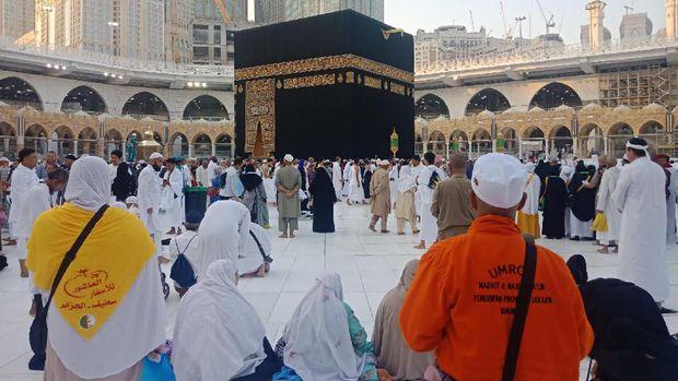 Seusai tawaf, jemaah berdoa bersama dipimpin pembimbing umrah, Ali Wardah.
