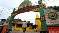 Masjid Raja Haji Abdul Ghani di Pulau Buru, Kabupaten Karimun, Kepulauan Riau, menjadi salah satu destinasi wisata religi di kawasan perbatasan Indonesia dengan Singapura tersebut.