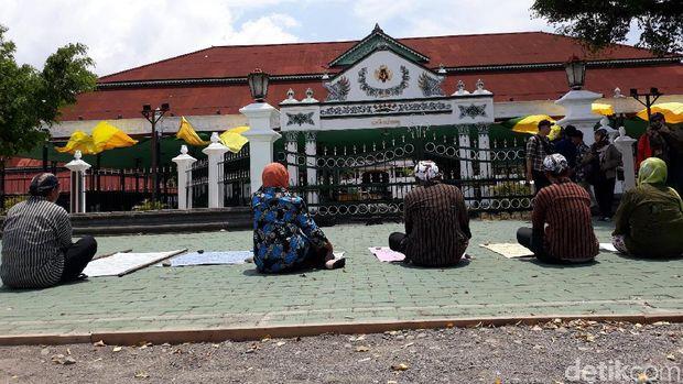 Lima PKL Jalan Brigjen Katamso tapa pepe di depan pintu gerbang Bangsal Pagelaran Keraton Ngayogyakarta Hadiningrat, Senin (11/11/2019).