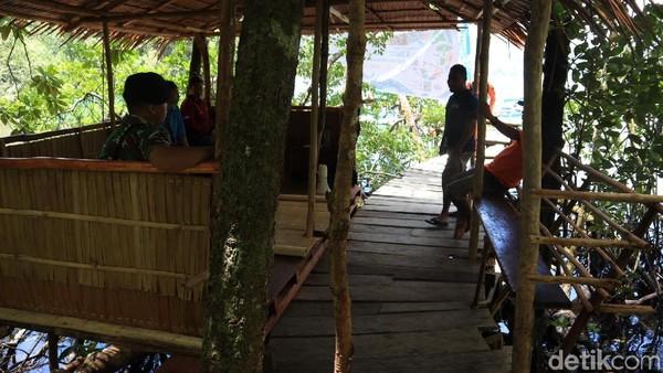 Tak jauh dari dermaga, traveler bisa menjumpai gazebo sederhana yang dibuat secara swadaya (Randy/detikcom)