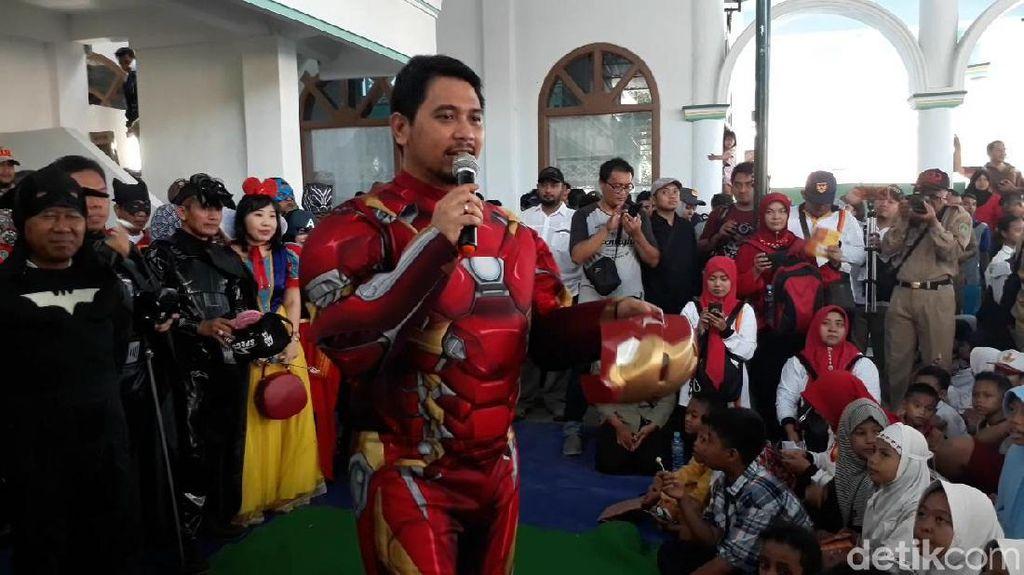 Siswa SDN Gentong Dihibur Pejabat Pasuruan Berkostum Super Hero