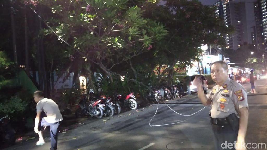 Truk Tabrak Kabel hingga Putus di Depan Polsek Cilandak, Jalan Ditutup