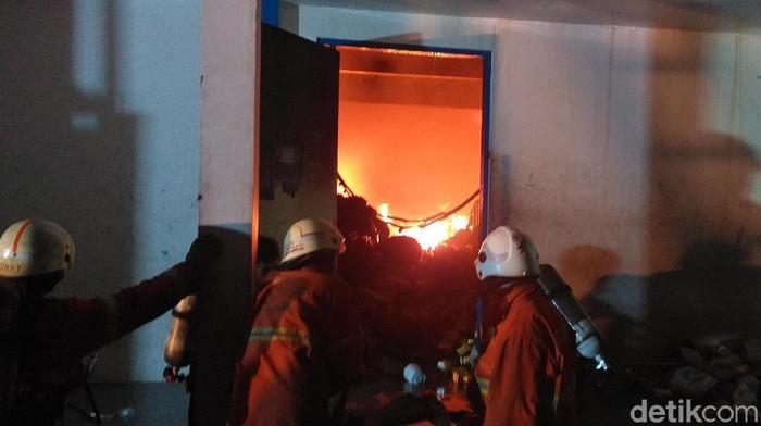 Api masih membara di dalam gudang (Foto: Amir Baihaqi)