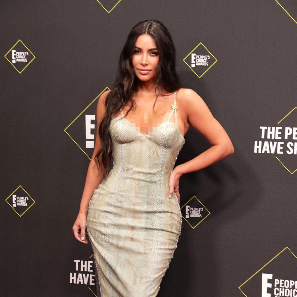 Kim Kardashian Ungkap Trik Berbusana Pakai Plester Payudara yang Sold Out