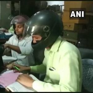 PNS di India Pakai Helm Motor Saat Bekerja di Dalam Kantor, Alasannya Haru
