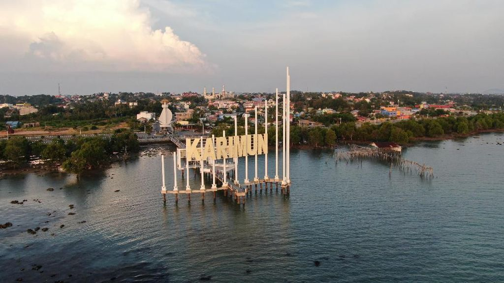 Senangnya Warga Pulau Buru Bisa Nikmati Listrik 24 Jam