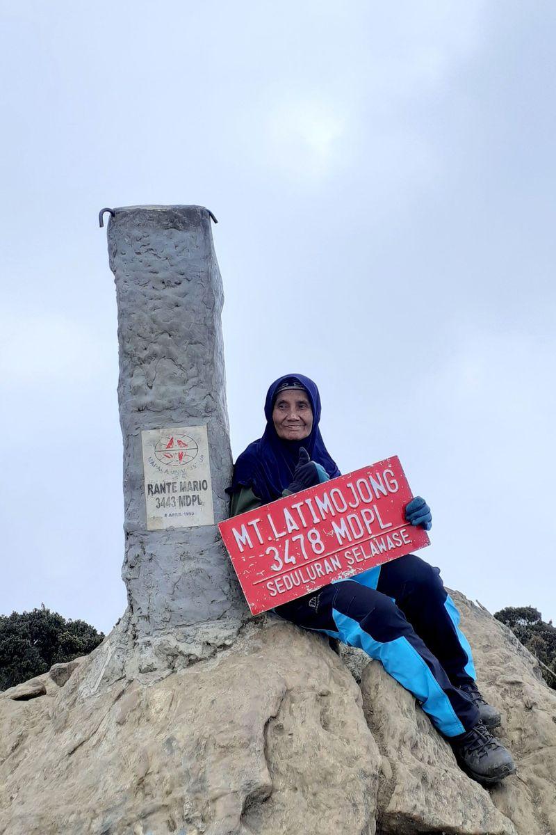 Namanya Wahyuni (66) warga Gang Arjuna, Kelurahan Sapuro Kebulen, Pekalongan Barat, Kota Pekalongan atau biasa disapa Nenek Yuni. Baru-baru ini dia sukses mendaki Gunung Latimojong di Sulawesi Selatan (Istimewa)