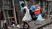 Ada pula warga yang menggantungkan hidup dengan mengumpulkan beragam sampah plastik untuk dijual kepada pengepul untuk didaur ulang.