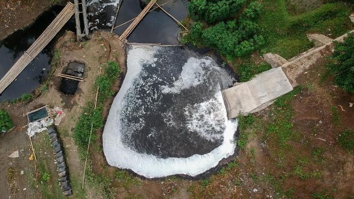 Foto udara limbah industri di Sungai Cihaur yang bermuara ke Sungai Citarum di Padalarang, Kabupaten Bandung Barat, Jawa Barat, Senin (11/11/2019). Kementerian Koordinator Bidang Kemaritiman mencatat, saat ini dari 1.629 industri yang beroperasi di sepanjang Sungai Citarum, 185 diantaranya tidak memiliki fasilitas IPAL dan 1.286 perusahaan tidak terdata memiliki fasilitas tersebut. ANTARA FOTO/Raisan Al Farisi/aww.