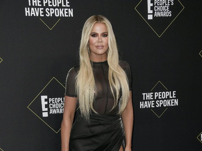 SANTA MONICA, CALIFORNIA - NOVEMBER 10: Khloé Kardashian attends the 2019 E! Peoples Choice Awards at Barker Hangar on November 10, 2019 in Santa Monica, California. (Photo by Frazer Harrison/Getty Images)