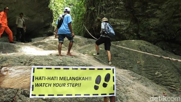 Agar lebih mudah, pihak pengelola pun telah membuat rambu hingga pegangan tali untuk wisatawan yang datang (Randy/detikcom)