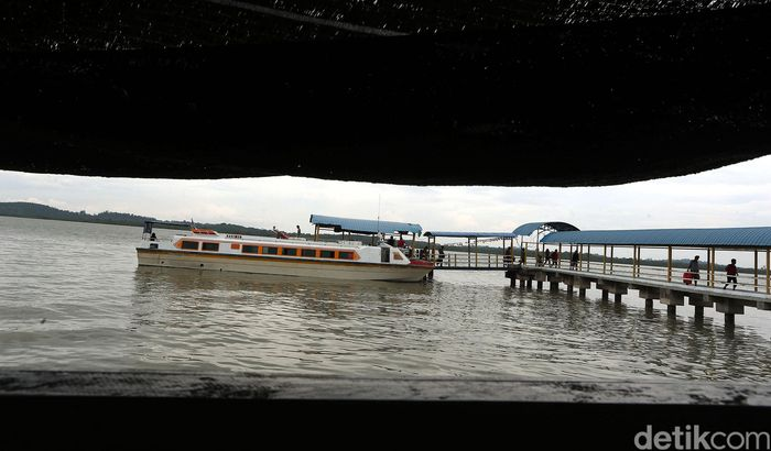 Sebuah kapal nampak bersandar di dermaga yang berada di Pulau Buru, Kabupaten Karimun, Kepulauan Riau. Kapal itu mengantarkan sejumlah penumpang yang hendak menuju ke pulau yang berada di perbatasan Indonesia dengan Singapura tersebut.
