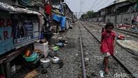 Seorang anak nampak melintasi rel kereta di kawasan Pademangan Barat, Jakarta Utara, Senin (11/11/2019).