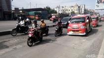 Penuh Lubang, Jalanan Unimed ke UIN Sumut Rusak Parah