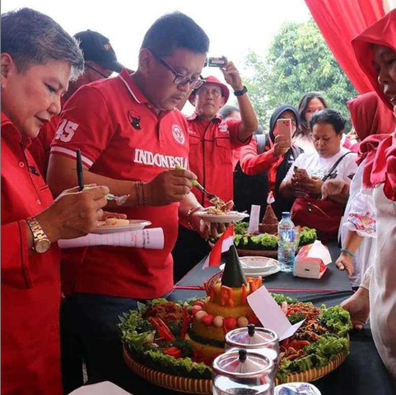 Nama Ribka Tjiptaning merupakan anggota komisi IX DPR RI yang dikenal tegas saat bertugas dan santai saat kulineran. Seperti pada momen satu ini yang memperlihatkan dirinya tengah mencicip nasi tumpeng para peserta lomba. Foto: Instagram @Ribkatjiptaning
