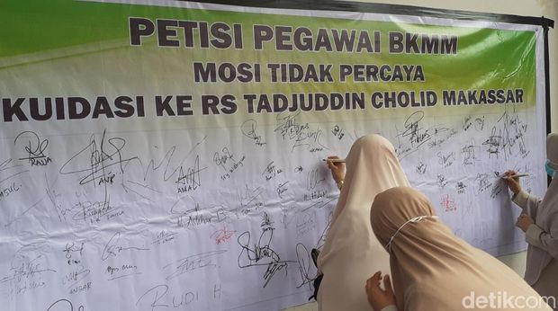 Puluhan pegawai Balai Kesehatan Mata Masyarakat (BKMM) Makassar, Sulsel, menggelar unjuk rasa.