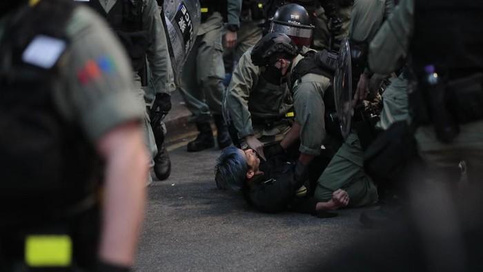 Polisi Hong Kong menangkap seorang demonstran dalam bentrokan pada Minggu (10/11) kemarin (AP Photo/Dita Alangkara)