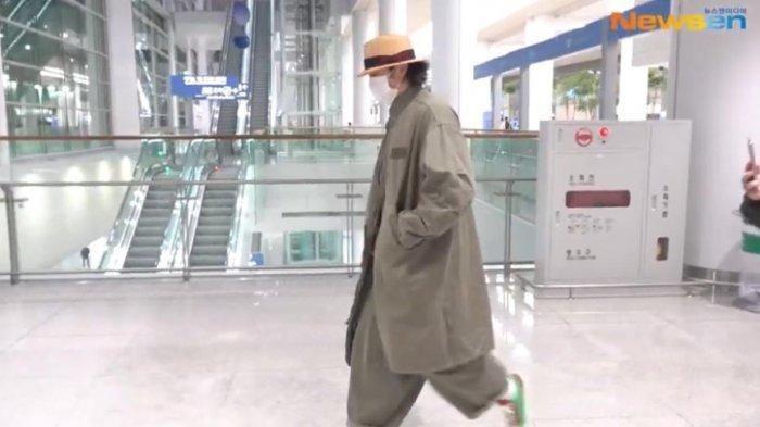 So Ji Sub pakai baju oversize di bandara yang diolok-olok netizen. Foto: Istimewa