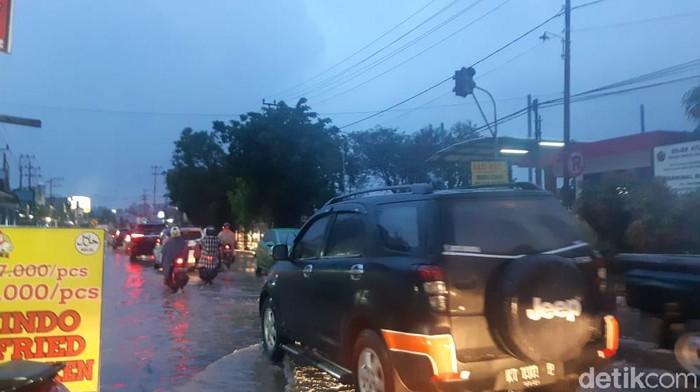 Foto: Hujan bikin sejumlah jalanan di Samarinda Tergenang Air (Yovanda-detikcom)