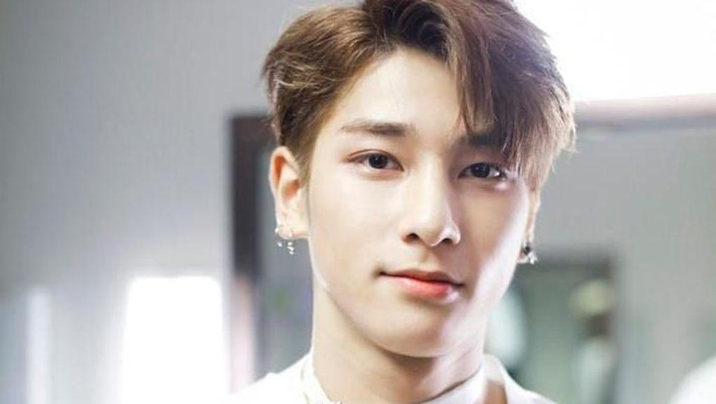 Gantengnya Artis Korea Hangyul X1 Pakai Batik Pemberian Fans Indonesia