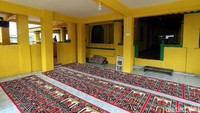 Bangunan masjid ini nampak didominasi dengan warna kuning baik di bagian luar maupun di bagian dalam masjid. Selain warna kuning, warna hijau nampak mempercantik bangunan bersejarah tersebut.