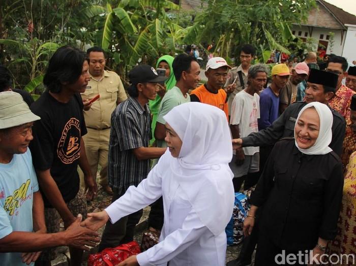Gubernur Khofifah mengunjungi korban puting beliung di Bojonegoro. (Ainur Rofiq/detikcom)