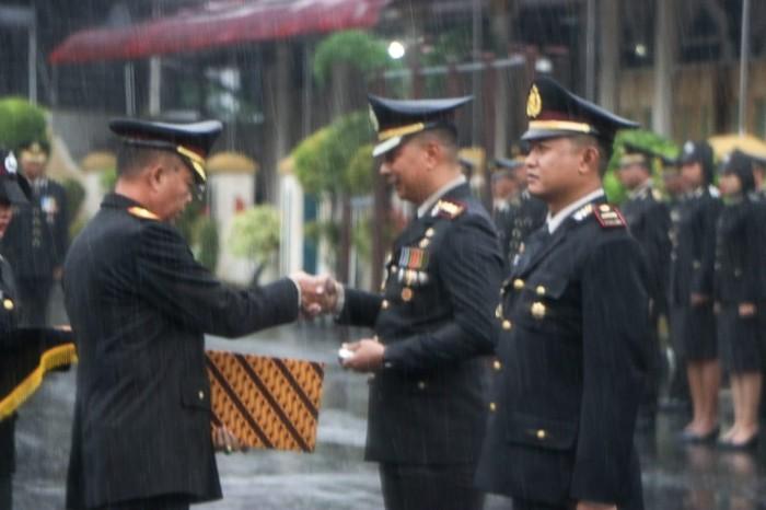 Penganugerahan pin emas dari Kapolri Jenderal Idham Azis ke tiga anggota Polri. (Dok Polri)