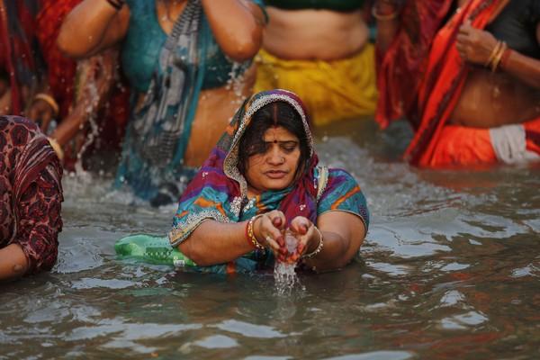 Ada banyak tempat suci di sepanjang Sungai Gangga termasuk Gangotri, Haridwar, Allahabad, Varanasi dan Kali Ghat (AP Photo/Rajesh Kumar Singh).
