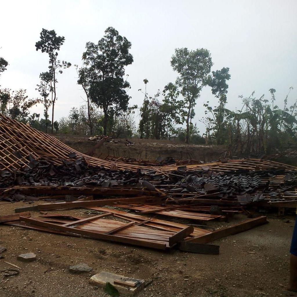 Hujan dan Angin Kencang Landa Ngawi, 5 Rumah Roboh Rata dengan Tanah