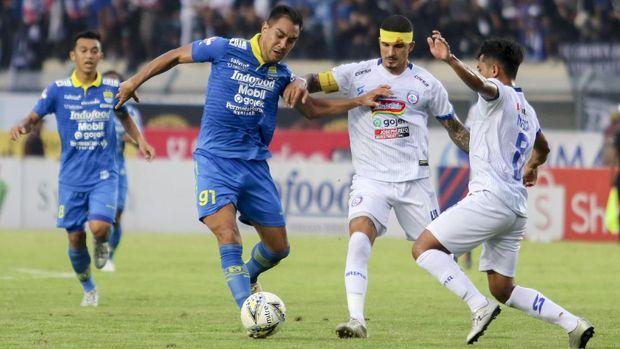 Persib (biru) jadi salah satu klub yang pernah dibobol Shin Tae Yong.