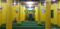 Bahan bangunan berupa putih telur sebagai perekat di keduanya juga sama. Mimbar di Masjid Besar Raja Haji Abdul Ghani(Foto: Ahmad Masaul Khoiri/detikcom)