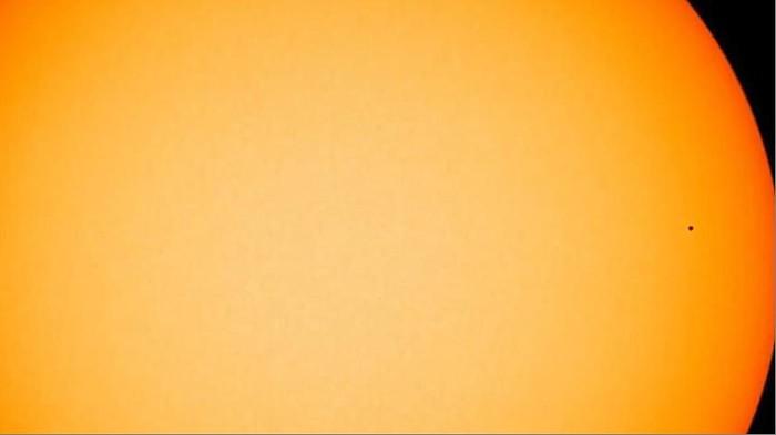 Titik hitam di arah pukul setengah tiga itu planet Merkurius dengan latar belakang Matahari. Foto: NASA