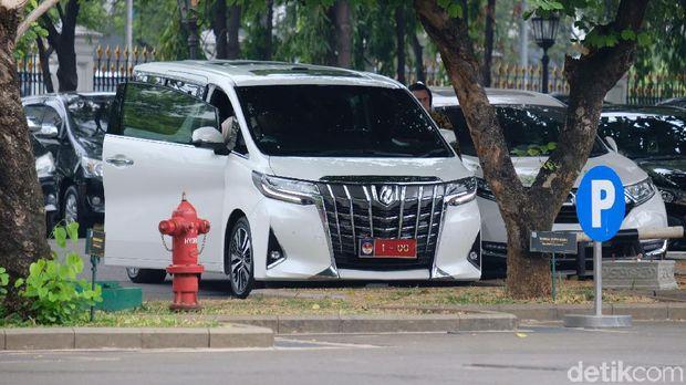 Naik Alphard Putih, Prabowo Temui Jokowi di Istana