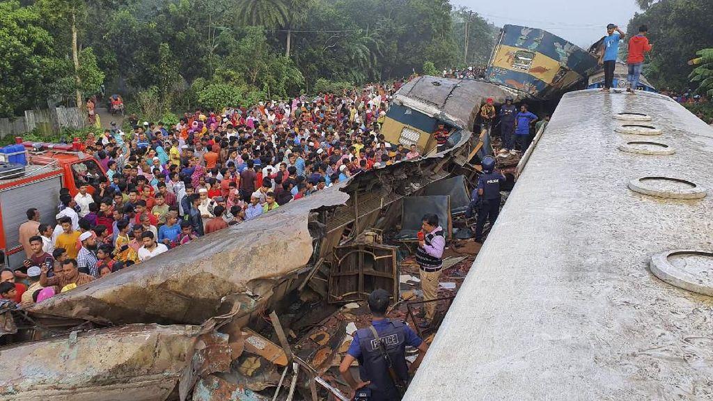 Foto-foto Tabrakan Kereta di Bangladesh yang Tewaskan 15 Orang