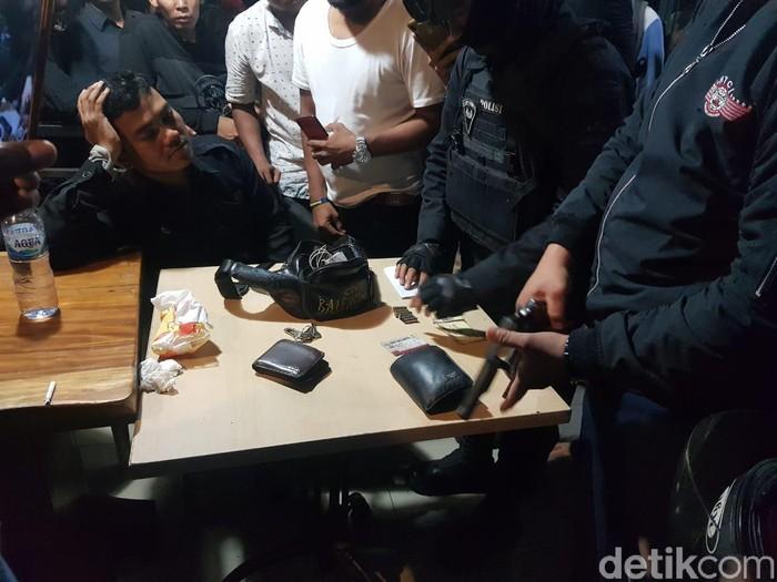 Polisi amankan pistol dari pengemudi mobil yang diamuk massa di Pasar Minggu. (Indra Komara/detikcom)