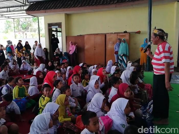 Kampus di Malang membantu pemulihan siswa SDN Gentong. (Muhajir Arifin/detikcom)