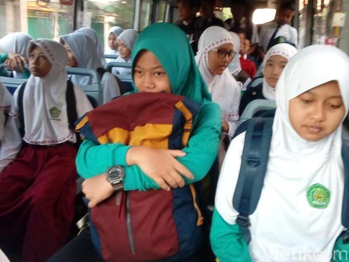 Pelajar di Kota Kediri yang naik bus pelajar (Foto: Andhika Dwi Saputra)