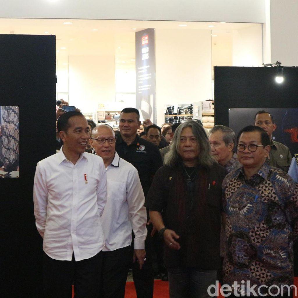 Tinjau Pameran, Jokowi Terkesan Foto Saat Gendong Anak Papua