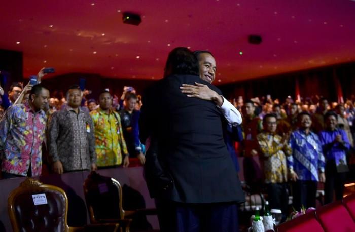 Pelukan erat Joko Widodo (Jokowi) dan Surya Paloh. (Muchlis Jr/Biro Pers Sekretariat Presiden)