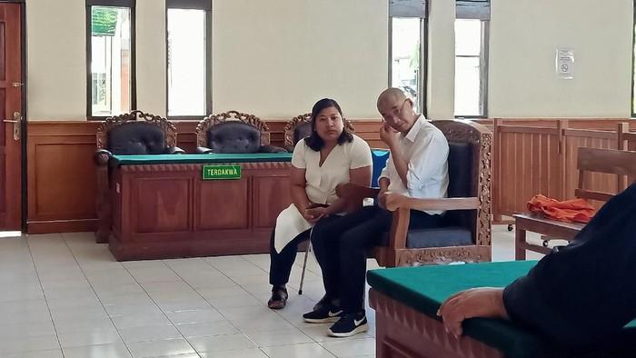 Warga negara (WN) China Dacheng Yan (45) dituntut satu tahun penjara dan denda Rp 50 juta karena berlibur ke Bali tanpa paspor dan visa. Foto: Aditya Mardiastuti/detikcom