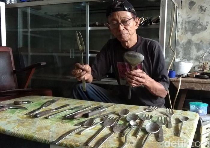 Seperangkat alat makan dan pisau yang diekspor ke Belanda ini merupakan buatan perajin Suwardi (60), warga Sanggrahan, Desa Rejosari, Kecamatan Pakis, Kabupaten Magelang. Ia mengekspor barang-barang tersebut sejak 3 tahun yang lalu dan terakhir kirim sebulan lalu.