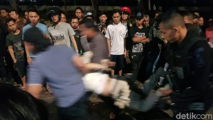 Foto: Polisi amankan pengemudi mobil hitam bernomor polisi B 2912 DTN diamuk massa di Jalan Tanjung Barat Raya, Poltangan (Indra Komara/detikcom)