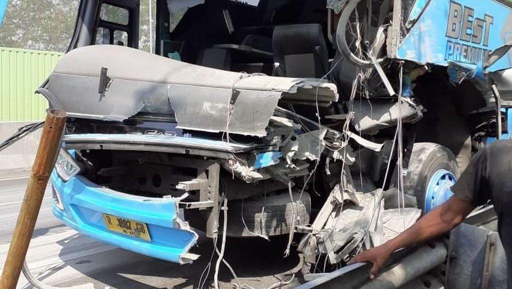 Sopir Ngantuk, Bus Tabrak Truk Tronton di Tol Cipularang