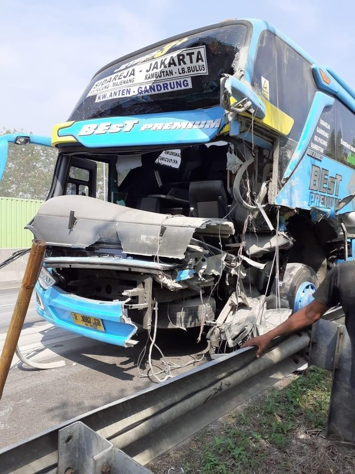 Kecelakaan bus vs truk tronton di Tol Cipularang, Kabupaten Purwakarta. (Foto: Istimewa)