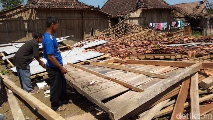 Sejumlah rumah warga Ngaren, Juwangi, Boyolali, roboh setelah diterjang angin puting beliung, Selasa (12/11/2019). Foto: Ragil Ajiyanto/detikcom
