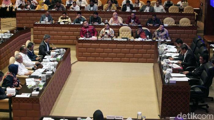 Menteri PUPR Basuki Hadimuljono mengikuti rapat kerja dengan Komisi V DPR. Basuki akan memangkas eselon IV pada bulan Desember 2019.